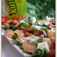 Sałatka z rukoli z łososiem, serem pleśniowym i suszonymi pomidorami